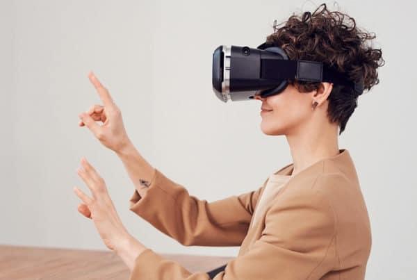 Une femme portant un casque de réalité virtuelle